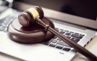 Richterhammer auf Laptop